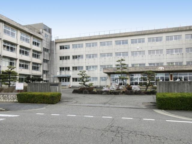 山潟中学校 約590m(徒歩8分)